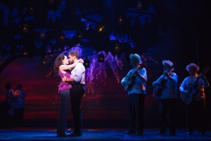 10-0176_Ana Villafa+¦e and Josh Segarra as Gloria and Emilio Estefan in ON YOUR FEET! (c) Matthew Murphy